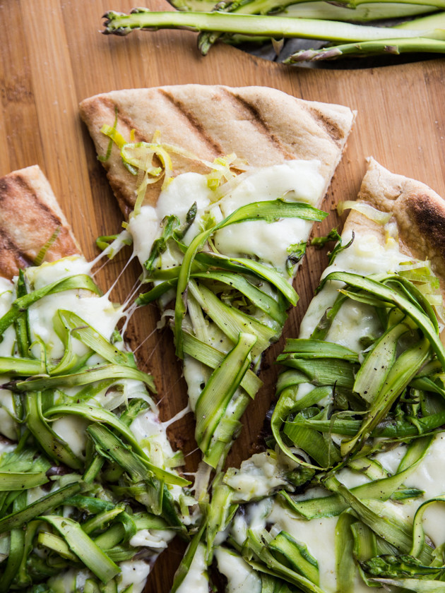 Simple Asparagus Ribbon and Leek Grilled Pizza // @veggiebeastblog