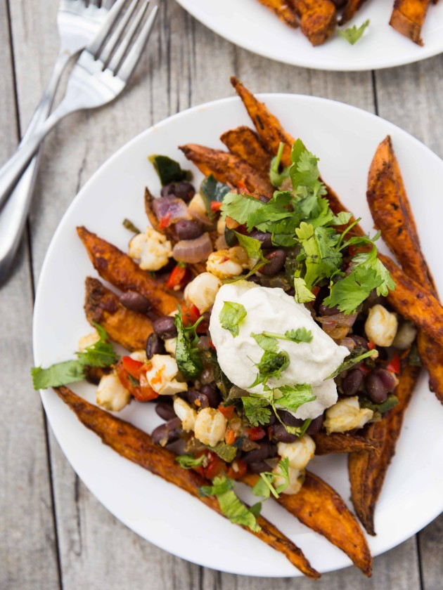 Sweet Potato Fry Nachos // healthy, veggie packed #vegan and #gluten free mexican-inspired meal!